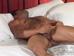 This lonely muscle guy loves to masturbates himself in a bed