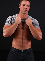 Hot muscle man Derek Atlas
