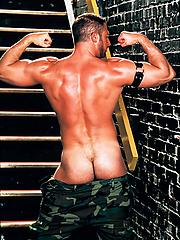 Muscle hunk Todd Maxwell posing naked