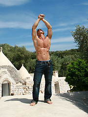 Muscle hunk Vanelli posing naked outdoors