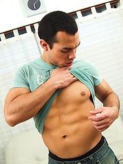 Latino papi Daniel Daly strokes his cock