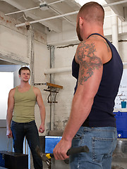 Muscle man Derek Parker fisting Brian Bonds