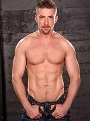 Muscle stud Scott Hunter shows his hot ass